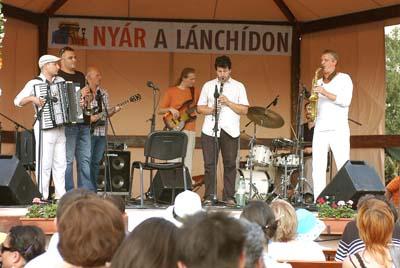 A Trans Balkan Collective a Nyár a Lánchídon színpadán. (Szkárossy Zsuzsa felvétele.)